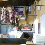 El horno de leña donde hace la pizza un cubano de forma magistral.