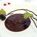 délicieux, gourmand dessert chocolat Manjari accompagné de bouchée aux cerises