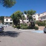 Вид на отель с его парковки