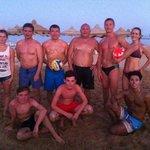 по вечерам играли в пляжный волейбол