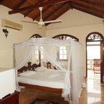 Alle Zimmer mit Kingsizebett, Deckenventilator und teilweise Klimaanlage