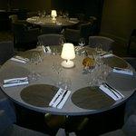 une table à l'intérieur, spécialement dressée pour un dîner organisé pour mon club d'oenologie