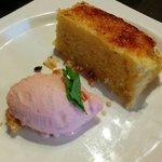 Vica caramelizada con helado de frambuesa