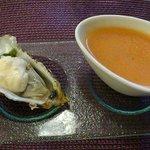 Mise en bouche : soupe de tomate froide et une huître et son émulsion citron.