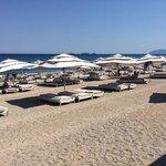 Strandliegen aus Rattan mit Riesenschirm