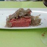 carne cruda con trufa negra