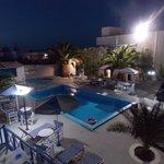 Vue nocturne de la piscine de l'hôtel