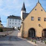 Blick zum Schloss vom Eingangsbereich/Parkplatz aus