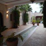 Les chambres sont desservies autour de cet espace, avec le restaurant, le spa et la piscine !