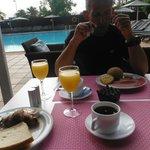 Petit Déjeuner bord de piscine