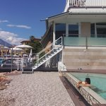 piscina e terrazza prendisole sull acqua