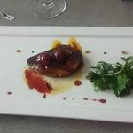 Escalope de foie gras et ses cerises confites au jus de mangue