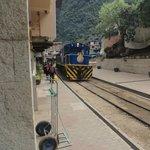 O trem passando na entrada
