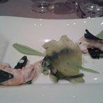 Grosses queues de langoustines cuites à l'huile anisée,  crème de pois à l'absinthe et jus de co