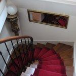 Escadas, mas tem pequeno elevador disponível