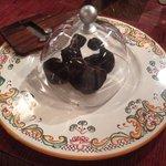 La cloche et la râpe à truffes, le serveur vous sert directement à l'assiette!