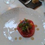 En entrée tomate de collection et de minuscules morceaux de poulpes