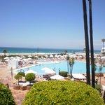 vista de la piscina y la playa desde nuestra habitación