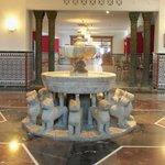 """Холл """"нулевого"""" этажа.Почти точная копия фонтана в Альгамбре!"""