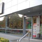 ホテル前のスーパーです。