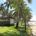 Bangalô das massagens no limite da área do hotel fazenda com a praia