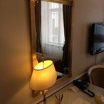 Зеркало и лампа
