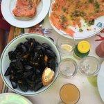 Легкий ужин: карпаччо из лосося, мидии в белом вине
