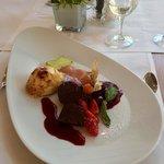 """Dessert """"Maximilian Variationen"""": gelato alla lavanda, pesche, ciliegie sciroppate."""