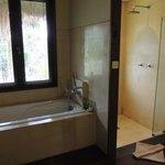 大きなバスタブと独立したシャワールーム
