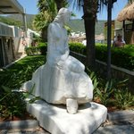 Deniz yakındaki heykellerden biri...