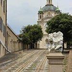 Мощенная дорога к собору Св.Мадонны