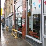 Hostel und Cafe von der Straße