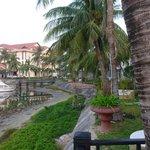 вид с берега реки на отель2