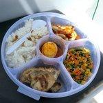 Lunch box yang terdiri dari sayur, grilled fish dan cumi saus asam pedas
