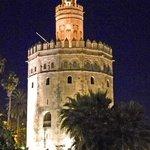 Torre de Oro bei Nacht