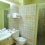 une des deux salles de bain d'une junior suite au Karibea Resort Sainte Luce hôtel Amyris