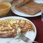 Une crêpe et l'omelette au roquefort