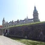 Kronborgs slott gömmer sig bakom vallgravens murar