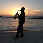 Cérémonie du couché du soleil sur la plage tous les soirs avec saxo et champagne
