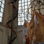 Escalier et oeuvre contemporaine exposée