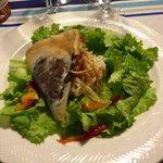 Salade de brandade de morue avec un gros samoussa de boudin noir et fine brindilles de pommes de