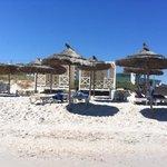 Spiaggia con i gazebi