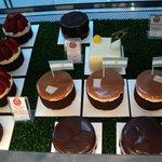 exquisitas minicakes en la vidriera de Smeterling