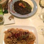Risotto nero con frutti di mare e risotto con salsa dolce e costine di maiale