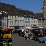 La piazza con il mercato e uno scorcio del Duomo.