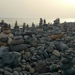 каменные пирамиды на пляже