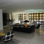 Coin salon/bar au rez-de-chaussée de l'hôtel avec terrasse à l'arrière