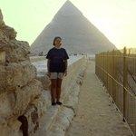 Muy orgullosa delante de la Gran Pirámide, Giza, El Cairo