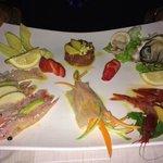 Gran piatto di crudo, da segnalare in particolare la tartare di tonno e le ostriche.