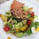 Zeebrugse Garnelen auf ein Avocado Salat mit Bratkartoffeln